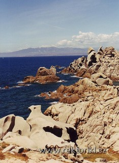 Rozeklaná skaliska, v pozadí Korsika - Bonifacio